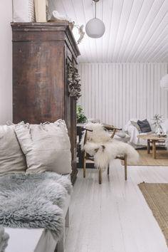 Uusi Kuu - Minimalist Wallpaper Phone, Cottage Living, Living Room, Decorating Your Home, Interior Decorating, Swedish Cottage, Lakeside Cottage, Bohemian House, New England Homes