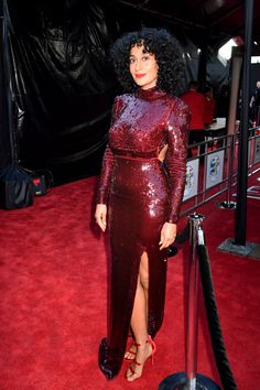 You might have seen Sienna Miller's eclectic street looks plastered all over magazines and for good factor. Many style critics laud her style on and off the red carpet. Tracey Ellis, Afro, Tracee Ellis Ross, Look Fashion, Fashion Tips, Thing 1, Beautiful Black Women, Her Style, Dress Making