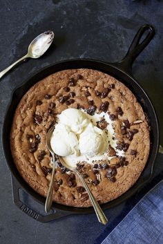 Warm Chocolate Chunk Cookie (to share) - Hands-down, this is the one-pan skillet dessert that brings everyone to the table. I don't care ho - Delicious Desserts, Yummy Food, Healthy Food, Dinner Healthy, Healthy Fruits, Yummy Snacks, Healthy Life, Healthy Living, Snack Recipes