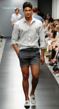 Nice casual look. Summer Wear, Summer Outfits, Summer Shorts, Spring Summer, Trendy Outfits, Look Fashion, Mens Fashion, Fashion Shorts, Milan Fashion