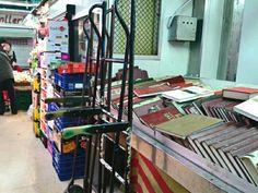 frutas y libros. mercado, Gracia.