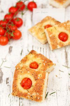 Focaccia cu rosii si rozmarin reteta. Aluat focaccia cu fulgi de branza. Mod de preparare si ingrediente focaccia cu rozmarin si rosii cherry.