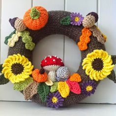 sweetpea family: Just had to share. Crochet Wreath, Crochet Fall, Holiday Crochet, Crochet Flowers, Knit Crochet, Free Crochet, Crochet Christmas Decorations, Crochet Decoration, Crochet Home Decor