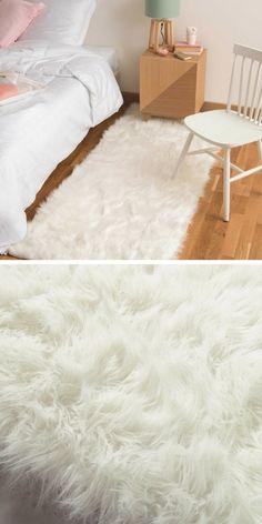 Un tapis en fausse fourrure à placer juste à côté du lit pour un hiver douillet, cosy et cocooning !