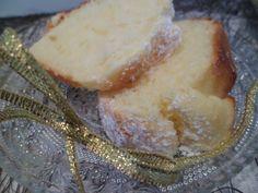 MOELLEUX AUX PETITS SUISSES (100 g de beurre, 100 g de sucre, 4 petits suisses à 0 %, 3 œufs, 150 g de maïzena, 150 g de farine, 1 sachet de levure, 1 c à c de vanille liquide, 1 zeste d'orange ou de citron)