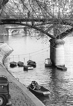 Paris, les amoureux du Pont des Arts, 1957 // Willy Ronis Pin by www. Willy Ronis, Pont Des Arts Paris, Pont Paris, Paris Paris, Vintage Photography, Couple Photography, Street Photography, Robert Doisneau, French Photographers