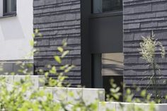 Ein Impuls für die Tradition von Rathscheck Schiefer - Dynamische Deckung aus Rathscheck Schiefer in den Anschlussbereichen an Fensterzarge oder verputztem WDVS.