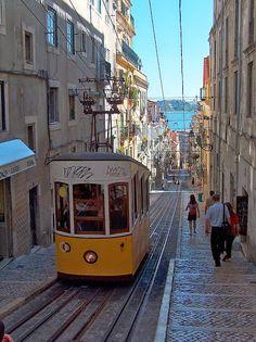 Elevador da Bica - Lisboa. O Elevador da Bica, ou Ascensor da Bica, é um funicular localizado na Rua da Bica de Duarte Belo, na Bica, em Lisboa. É propriedade da Companhia de Carris de Ferro de Lisboa, e estabelece a ligação entre o Largo do Calhariz e a Rua de São Paulo, defrontando uma das encostas mais íngremes da cidade.