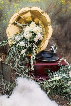 For a dose of quirky cool, display ivory flowers in a golden gramophone.