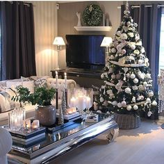 I like to design rooms that create interest and have conversation starters within them. Things that set the pulse racing like a fabulous artwork in the dining room, or perhaps a banana tree in the living room? Days To Christmas, Christmas Room, Christmas Crafts, Christmas Tree Decorations, Table Decorations, Holiday Decor, Christmas Trees, Residential Interior Design, Christmas Inspiration