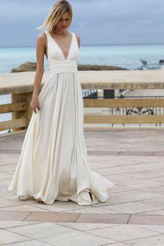 Robe de mariée fluide, mariage chic, incrustation de dentelle graphique. #robedemariee #marieemoderne #robedemarieefluide #mariage #robesimple  www.confidentiel-creation.fr