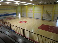The old parquet floor of the sports hall of Riva del Garda, apparently in good condition ...