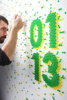 Le studio de design espagnol Lo Siento réalise de superbes concepts de typographies créatives pour des clients comme Wired, en utilisant des matériaux aussi divers que le papier, le béton, le carton, la résine, ou encore le papier bulle, qu'ils remplissent bulle par bulle à la seringue avec de l'eau colorée…
