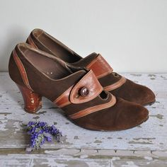 Vintage 1940s stunning brown suede heels! Unique leather design all over the shoes. Small keyhole cut on the foot, and button closure. Wood soles.