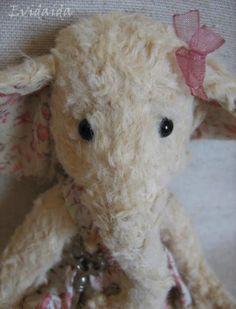 Petite elephante de chiffon. Patron est ma propre création. Elle mesure 15 cm; Pour sa création j'ai utilisé une fourrure artificielle ...