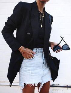 Long blazer noir + jupe en jean destroyed = le bon mix (photo Andi Csinger) Long black blazer + Denim skirt destroyed = the good mix (photo Andi Csinger) Blazer Outfits Casual, Denim Outfit, Casual Street Style, Edgy Style, Classy Style, Long Black Blazer, Style Feminin, Looks Jeans, Edgy Dress