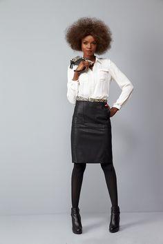 Chemise INDIVIDU : La chemise saharienne couleur d'ivoire : l'indispensable de votre dressing pour une désinvolture des plus féminines ! Jupe INEDIT : A l'image de la parisienne, icône de l'élégance éternelle et intemporelle, la jupe crayon fait son grand retour et sera de tous les vestiaires ! Ceinture IBAGUE. Pochette ITABERA. Collants TNOIR. #mode#elora#elorabygf#chemise#saharienne#blanche#jupe#crayon#noir#chic#parisienne#élégante#working-girl#Ceinture#zèbre#pochette#façon#poulain#le…