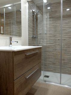 Reforma de baño con ducha y mueble de lavabo con estratificado imitación madera | por Accesible Reformas