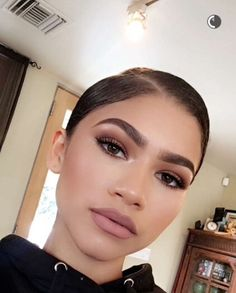 Why Zendaya's Morning Makeup Routine Is the Ultimate Form of Self-Expression Aka the best excuse we've had all year for hitting the beauty counter. Cute Makeup, Glam Makeup, Pretty Makeup, Bridal Makeup, Wedding Makeup, Hair Makeup, Gorgeous Makeup, Makeup Eyebrows, Makeup Style