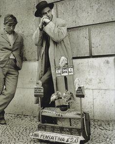 Eduardo Gageiro - A Sina Pensativa, Portugal, 1960 aww the year I was born :) Old Photographs, Old Photos, Vintage Photos, Vintage Photography, Street Photography, Black White Photos, Black And White, History Of Portugal, Willy Ronis