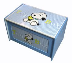ooohh good idea for my toy chest I have to keep at my palce Baby Boy Nursery Decor, Baby Room Decor, Baby Boy Nurseries, Snoopy Toys, Baby Snoopy, Wishes For Baby, Snoopy And Woodstock, Toot, Toy Boxes