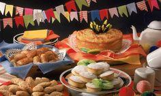 Na sua mesa não pode faltar: bolo de aipim, de fubá, de arroz, tapioca e pastel de forno. Sirva-os em pratos forrados com guardanapos de tecido coloridos. Outra ideia é forrar a mesa com tecido xadrez