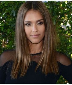 There are differences to Jessica Alba. Now the beautiful actress looks more interesting. More recently, Jessica Alba appeared with a bob haircut. Bob Jessica Alba looks more dramatic and mature. Brown Blonde Hair, Brunette Hair, Dark Hair, Blunt Bob Brunette, Gold Brown Hair, Brunette Color, Light Brown Hair, Medium Hair Cuts, Medium Hair Styles