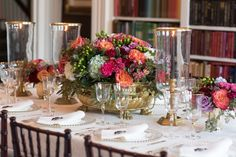 Table Arrangements, Floral Arrangements, Dinner Party Decorations, Table Decorations, Brunch Table, Book Flowers, Table Top Design, Fall Table, Coffee Table Books