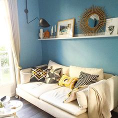 La belle lumière du matin dans le salon Wink deco ☀️ Très bon week-end 😁 #winkdeco #wink #homedecor #homedesign #homestyle #myhome #mysweethome #homesweethome #scandinave #decoaddict #instadeco #interieur #insparation #picoftheday #instadeco #instahome #lovedeco #athome #madecoamoi #annees50 #50 #salon #livingroom #bleu #blue #ikea #ikeafrance #zodio #coussin