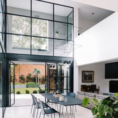 Those windows 😍 in this Adelaide home design by @designbywbl 👈🏻 📷 @_christopher_morrison