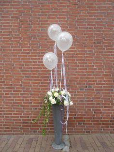 leuk voor huis  of zaal versiering ballonnen staan op stokjes omwikkeld met lint Fiesta Party, Wedding Goals, Shower Party, Corsage, Wind Chimes, House Warming, Balloons, Wedding Decorations, Wedding Inspiration