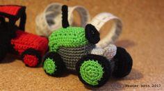 kleiner grüner gehäkelter Retro Traktor von #weanerantn Crochet Earrings, Retro, Tractor, Neo Traditional, Rustic, Retro Illustration, Mid Century