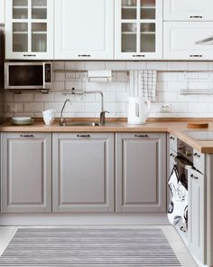 There is no question that designing a new kitchen layout for a large kitchen is much easier than for a small kitchen. A large kitchen provides a designer with adequate space to incorporate many convenient kitchen accessories such as wall ovens, raised. Modern Farmhouse Kitchens, Farmhouse Kitchen Decor, Home Kitchens, Kitchen Modern, Minimal Kitchen, Small Kitchens, Farmhouse Style, Country Style, Coastal Kitchens
