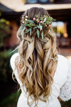 Wedding Hair Down Boho Barn Wedding // Bryant Mariyah - If you believe in love at first sight then this is the wedding for you! A gorgeous, rustic barn wedding with lots of homespun makes for inspiration. The bride also has the best advice we have ever … Bridal Braids, Wedding Braids, Long Hair Wedding Styles, Boho Wedding Hair, Wedding Hair Down, Wedding Hair Flowers, Wedding Hair And Makeup, Flowers In Hair, Hair Makeup