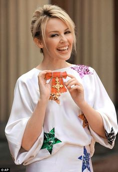 Kylie Minogue holding her OBE. Kylie Minogue Wow, Kyle Minogue, Melbourne, Pop Singers, Female Singers, Lovely Dresses, Beautiful Outfits, Fashion Cover, Women's Fashion