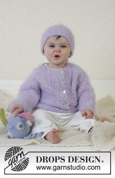 """Baby Sofie / DROPS Baby 13-11 - Chaqueta con pechera redonda, Gorro, Juguete blando y Frazada DROPS en """"Symphony""""."""