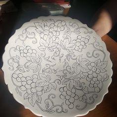 Fotoğraf açıklaması yok. Pottery Painting, Ceramic Painting, Beautiful Christmas Drawing, Mosaic Flower Pots, Painted Plates, Stencil, Simple Doodles, Turkish Art, China Painting