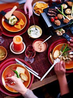 Das Raclette stammt aus der Schweiz und wird dort ursprünglich über einem offenen Feuer gegart und mit dem Messer auf einen Teller geschabt.