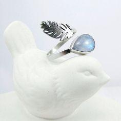 Poleć ze mną...  ...w miękkie pióra wtul swą twarz...  ...na mych skrzydłach zobacz świat.  .  .  .  #silverring #artjewelry #handcraftedjewelry #jewellery #bijoux #biżuteria #ringlovers #silvercraft #silversmithing #jewelrydesigner #jewelrymaker #moonstonering #moonstone #gemstone #gems #blueflash #feather #featherjewelry #ceramicbird #bohostylegirls #bohochicjewelry #bizuteriaautorska #pierścionek #bizuteriaartystyczna #srebro #piórko #amadestudio