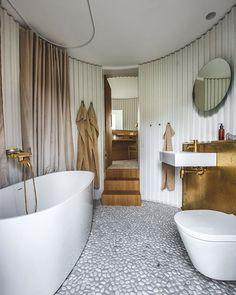 """233 Synes godt om, 4 kommentarer – BO BEDRE (@bobedredk) på Instagram: """"I et kunststykke af et hus, gemmer sig et kunststykke af et badeværelse. På badeværelset har husets…"""""""