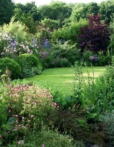 Jardin à l'anglaise Conception de jardin avec www.fr – DIY – Jardin Related Amazing Ideas For Growing A Vegetable Garden In Your Inspiring Square Foot Gardening Plans-Ideas For Plant Spacing - The. Diy Jardin, English Garden Design, Small English Garden, Narrow Garden, English Country Gardens, Garden Cottage, Garden Beds, Meadow Garden, Garden Villa