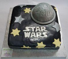 """De la película Star wars, hemos representado a la nave espacial """"la estrella de la muerte"""". Por dentro, bizcocho de chocolate relleno de dulce de leche y nata… ¿Hay algún adicto a la saga de Star Wars en tu casa? ¡Sorpréndele para su cumpleaños con una tarta en fondant de su película favorita! ¡Llámanos al 616849394, tenemos el mejor precio de Málaga! www.depaulapasteleria.blogspot.com www.facebook.com/panaderiadeliziasdepaula www.tartasmalaga.net www.instagram.com/tartasmalaga"""