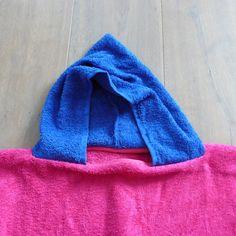 Een patroon van een ruime badcape, ideaal na een zwempartij of voor op de camping. Ik maakte ze al eens voor de jongens en nu kri...