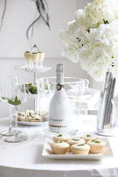 all white party at white cottage. White Dinner, Picnic Dinner, All White Party, White Parties, Brunch, Festa Party, Le Diner, Birthday Dinners, Beautiful Dream