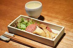 【ハムステーキ】ペッパーとレモンのきいたハムステーキは、なんだか懐かしさを感じます。今日のお酒は、栃木・小林酒造の「鳳凰美田」です。