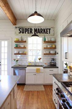 bardziej kuchnia niż supermarket, nieład jest tu tylko pozorny, starannie dobrano kolory naczyń na półkach, lampy podkreślają styl