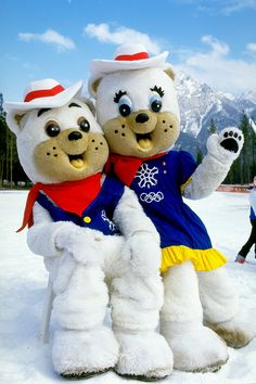 Portrait of 1988 Winter Olympic Games mascots 'Hidy' and 'Howdy' in Calgary. (Photo by Mike Powell/Allsport/Getty Images)