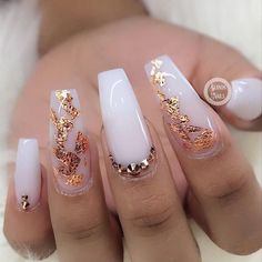 70 Awesome Coffin Nails With Rhinestones gold Nails 70 Awesome Coffin Nails With Rhinestones Ongles Or Rose, Rose Gold Nails, White Nails With Gold, Snow White Nails, Snow Nails, Rhinestone Nails, Bling Nails, Rhinestone Nail Designs, Glitter Nails