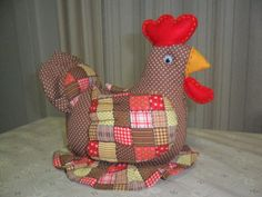 Galinha com Fru-Fru no Chicken Crafts, Sewing Techniques, Hens, Pin Cushions, Decoration, Fun Crafts, Machine Embroidery, Dinosaur Stuffed Animal, Sewing Projects