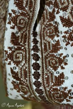 România Folk Costume, Costumes, Palestinian Embroidery, Bargello, Macedonia, Diy And Crafts, Anthropologie, Cross Stitch, The Incredibles